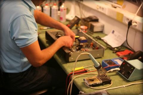 Photo de Christophe notre technicien en pleine réparation